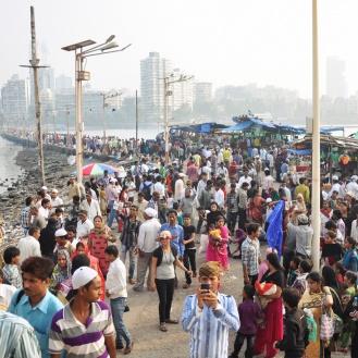 Dia cheio na mesquita Haji Ali Dargah, em Mumbai