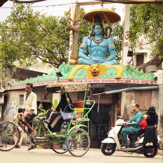 Shiva acompanhando a movimentação no bairro islâmico.