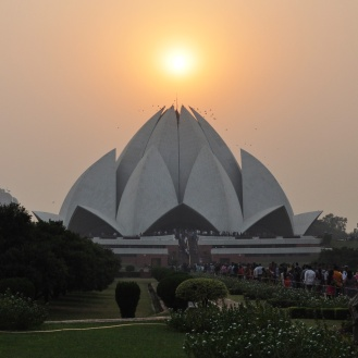 Lotus Temple pronto para guardar o sol, no final da tarde