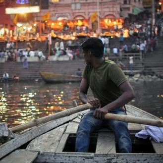 Barquinho a remo pelo Ganges