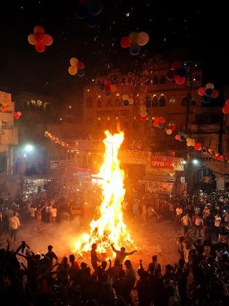A queima da Holika