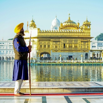 Sikhs contemplando o Golden Temple