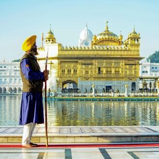 Sikhs contemplando o Golden Temple